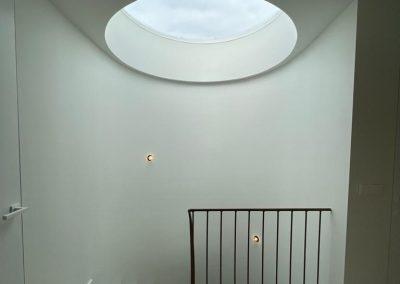 rond raam bij trappenhuis